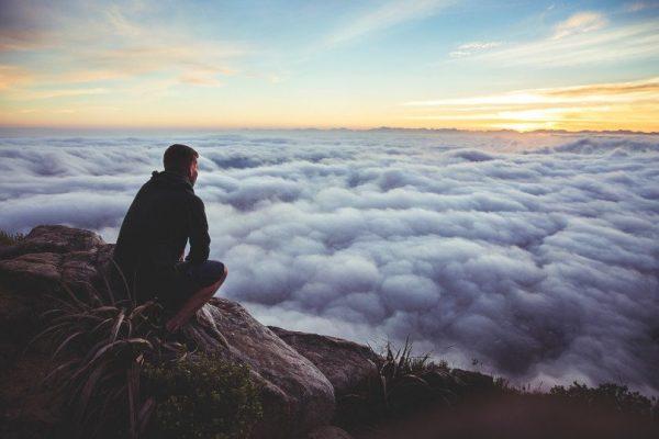 Homme-au-dessus-des-nuages
